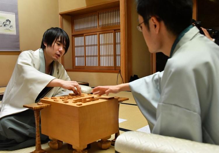 名人戦第6局(感想戦での佐藤天彦名人と稲葉陽八段)